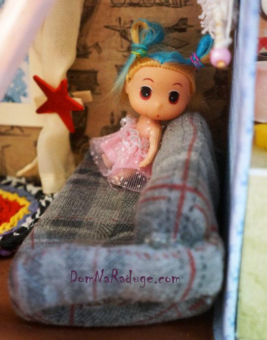 самодельный кукольный домик из картона - диван