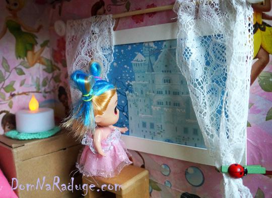самодельный кукольный домик из картона - окошки и шторы