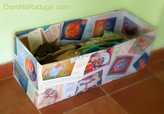 декор коробки страницами из старого календаря