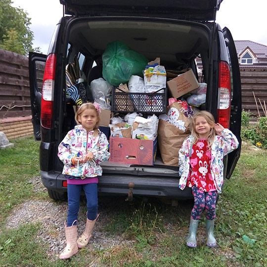 дети сдают макулатуру и пластик