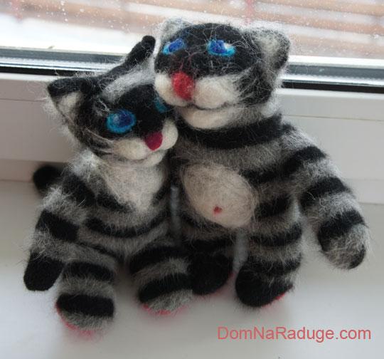 игрушки из носков: пара полосатых котов
