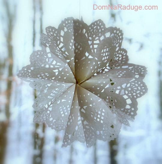 объемная снежинка из ажурной бумажной салфетки