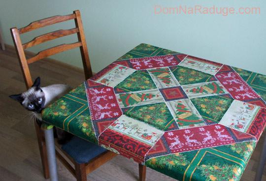 задекупаженный столик - новогодняя скатерть