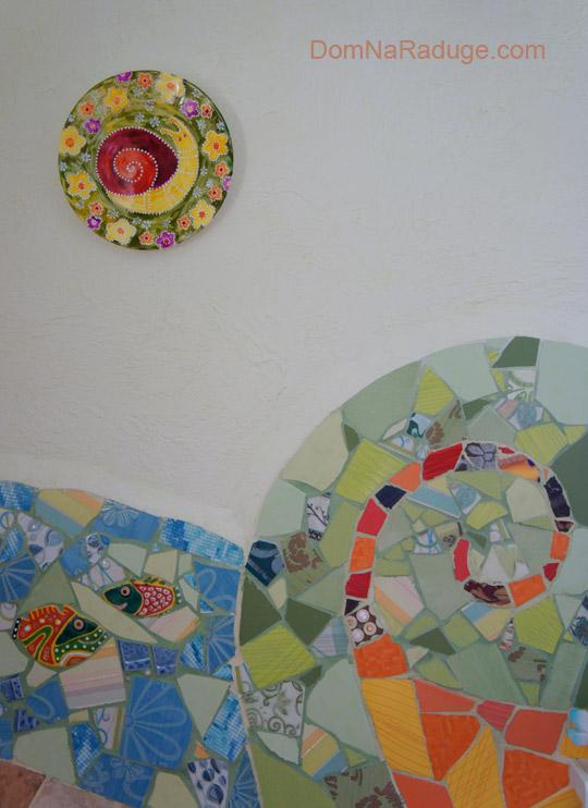 расписные тарелки + мозаика из битой плитки