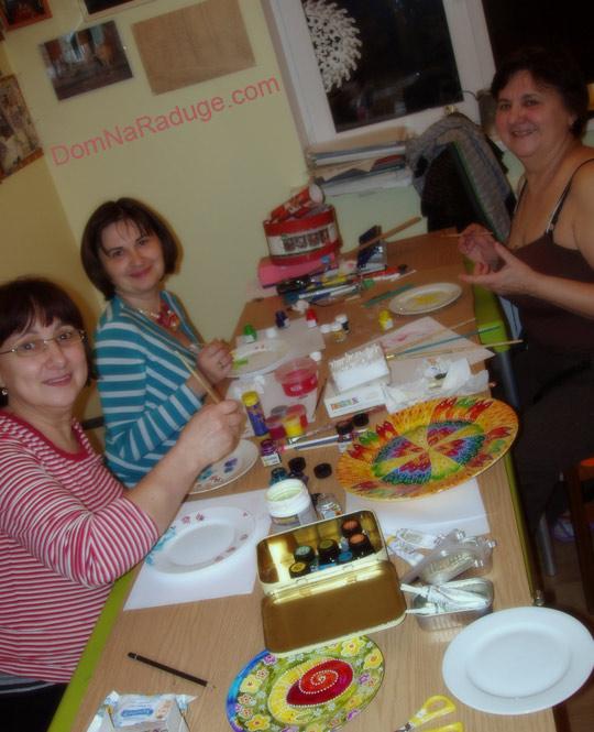 семья за росписью тарелок