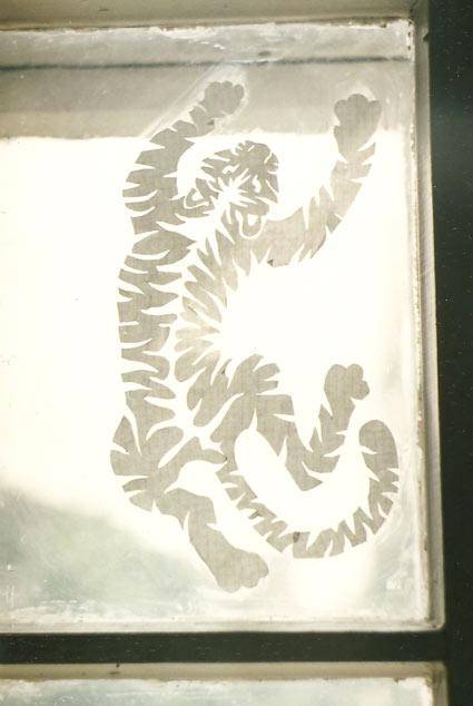 бумажный тигр на окошке