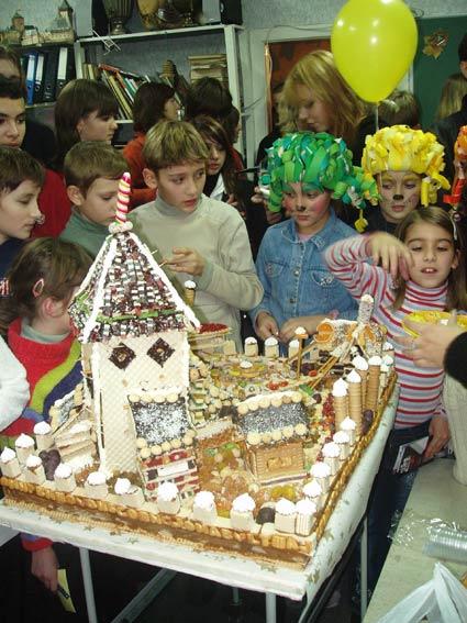 поедание праздничного города-торта