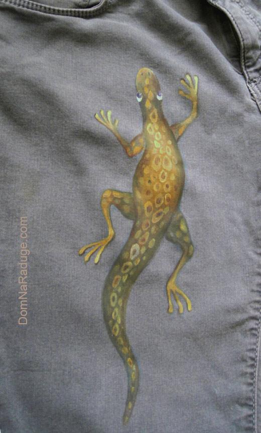 ящерка - рисунок на джинсах